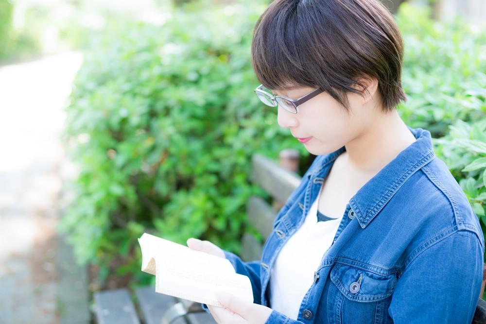 小説を読む女性