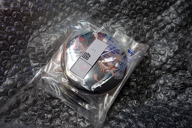 「女王蜂の王房 3周年記念ビッグ缶バッジコレクション」プチプチを開封