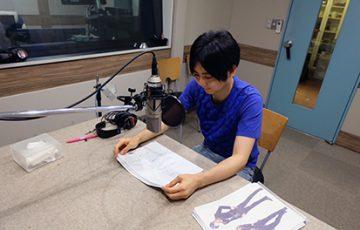 「ゲス彼 VOL.1 美山翔」のインタビューを受ける梶 裕樹さん